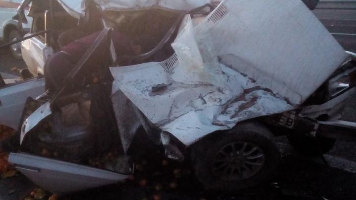 На трассе Ростов — Таганрог столкнулись ВАЗ, груженый мандаринами, и МАЗ
