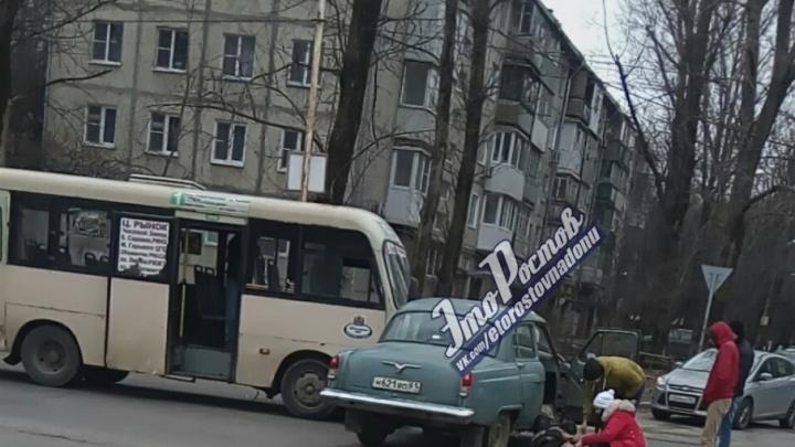 В Ростове маршрутка столкнулась с «Волгой»: двое пострадали