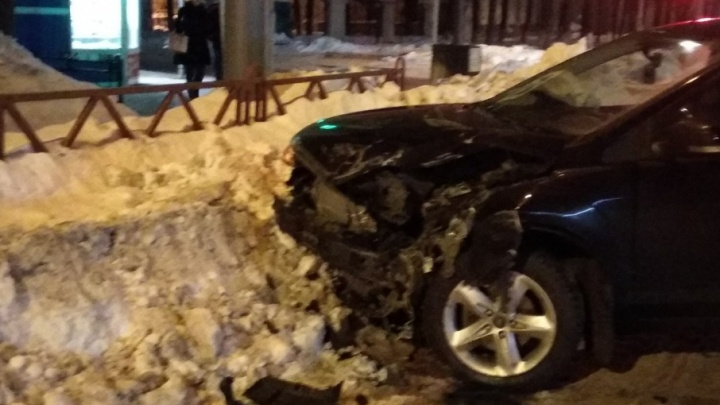 Ночное ДТП: в Ярославле автомобиль протаранил забор