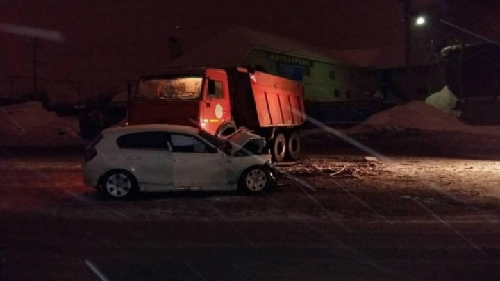 Разбил капот и лобовое стекло: на Ракитовском шоссе КАМАЗ протаранил BMW