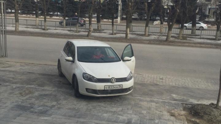 Волгоградские автохамы облюбовали новый тротуар на улице Невской