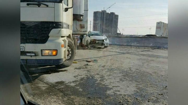 На тюменской объездной столкнулись фура и Lexus: пострадали женщина и маленький ребёнок