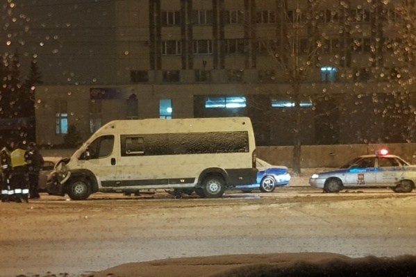 В ДТП в маршруткой пострадали две девушки — пассажирки маршрутки