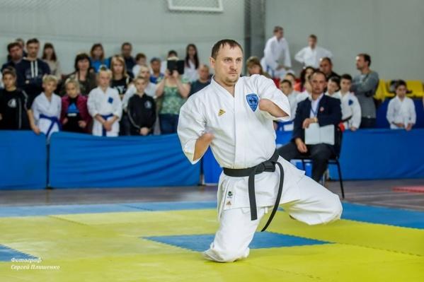Сергей Бурлаков продемонстрировал свои навыки, выполняя формальный комплекс упражнений – ката