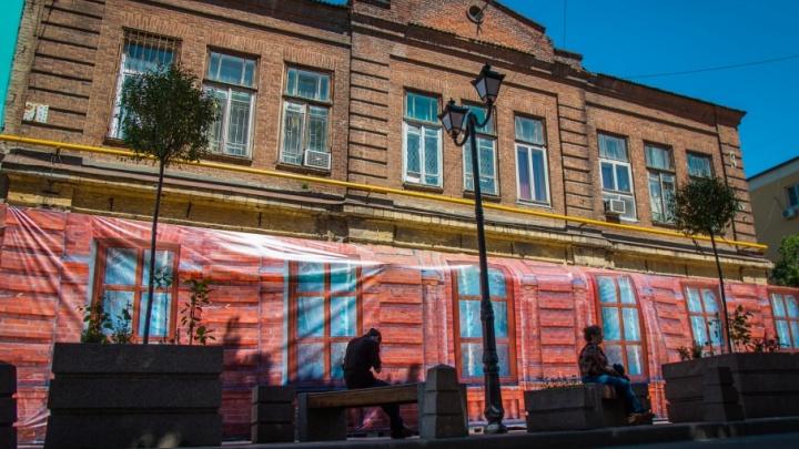К ЧМ-2018 готовы: ветхие дома в Ростове скрыли от глаз иностранцев