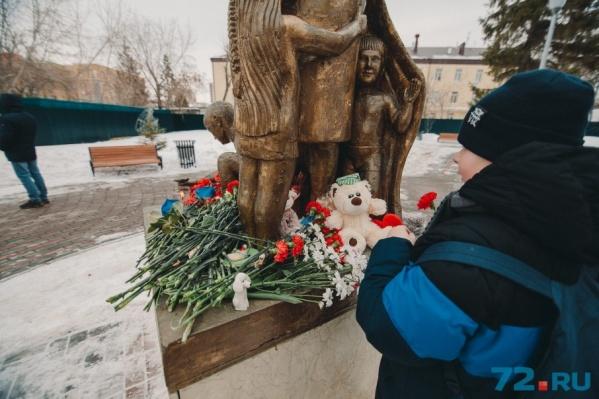 Тюменцы несут к памятнику маме цветы и игрушки