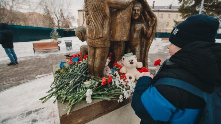Тюменцы несут цветы к памятнику матери в память о жертвах в Кемерово