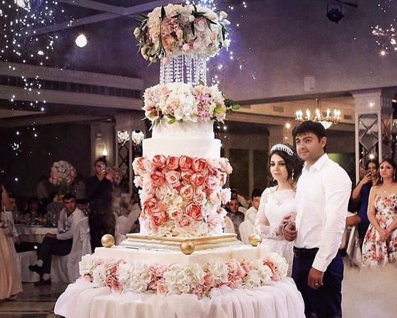 """Этот торт тоже предмет гордости кондитера. Оформление цветами - студия декора """"Наталья Дива"""""""