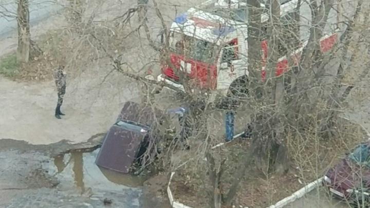 В Закамске отключили воду в шести домах, рядом с которыми машина провалилась в яму