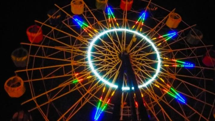 Волгоградское колесо обозрения на все новогодние праздники одели в радугу
