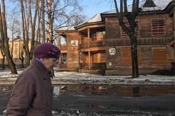 С сентября 1940 года по май 1941-го в этом доме жил Валентин Саввич Пикуль — известный писатель, автор многочисленных художественных произведений на историческую и военно-морскую тематику
