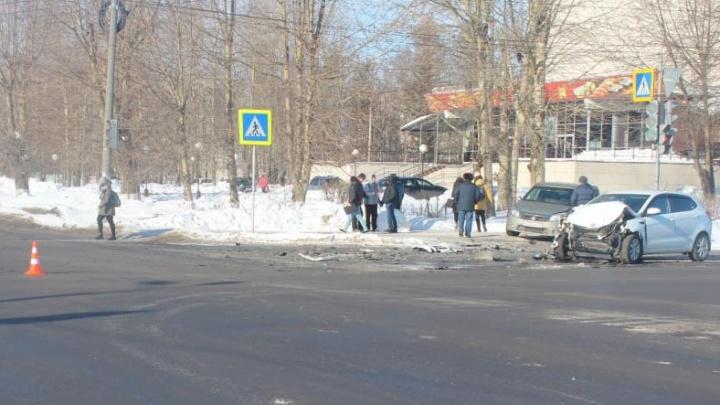 В Северодвинске водитель «Рено-Сандеро» пролетел на красный и врезался в иномарку