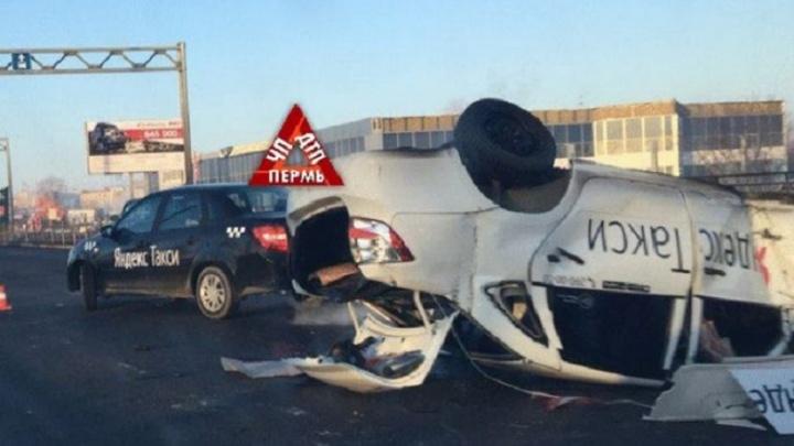 Врезался в бордюр и ограждение: в Перми по пути в аэропорт перевернулась машина такси