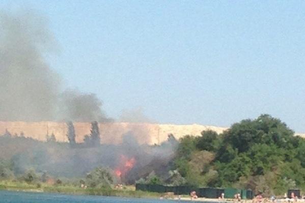 Пожар возник всего в нескольких десятках метров от пляжа, на котором отдыхали люди