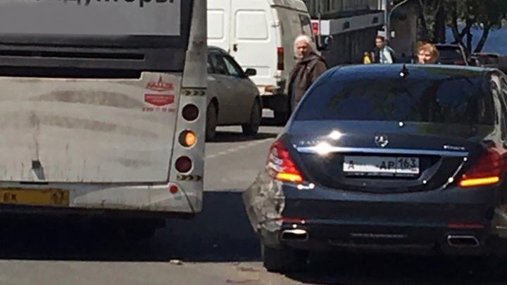 Очевидцы: в Самаре автобус притёр «Мерседес» правительства области
