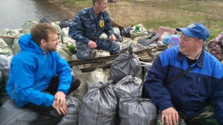 Восемь кубических метров мусора: в Ярославле рыбаки прибрались у Юбилейного моста