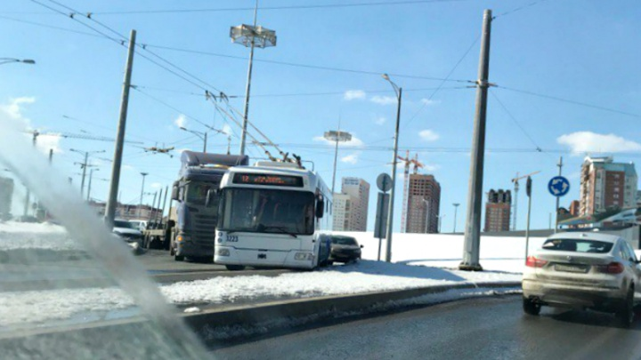 Автомобили перегородили проезд: на кольце возле ипподрома грузовик протаранил троллейбус