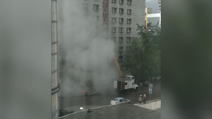 «Это была плановая работа по ремонту задвижек»: в центре Перми из колодца начал бить гейзер