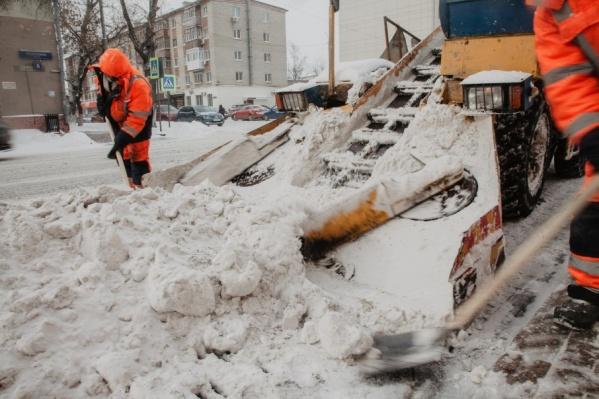 Припаркованные машины затрудняют работу снегоуборочной техники