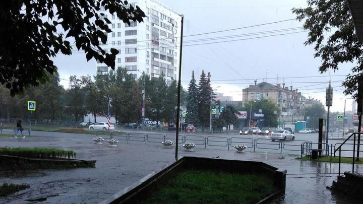 «Кто не выключил душ?»: после сильного ливня по улицам Челябинска потекли реки