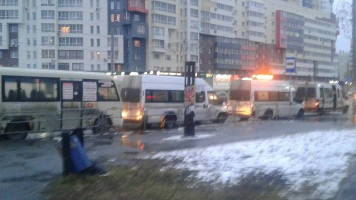 Маршрутчики-нелегалы оккупировали остановку на северо-западе Челябинска