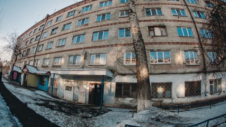Жители аварийной пятиэтажки на Карла Маркса вызвали спасателей из-за трещины
