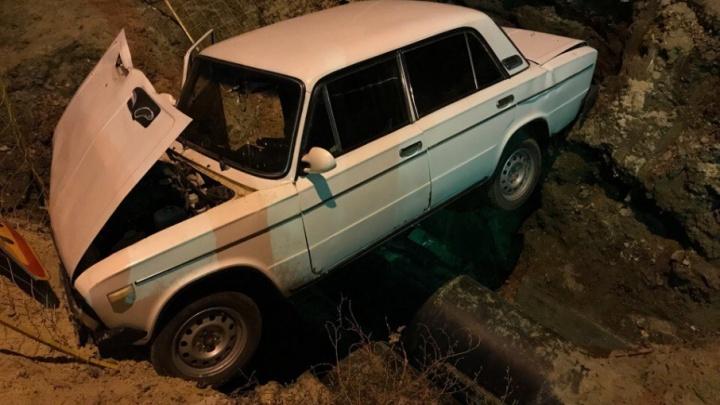 В Кировском районе Волгограда «шестерка» с головой ушла в коммунальную траншею