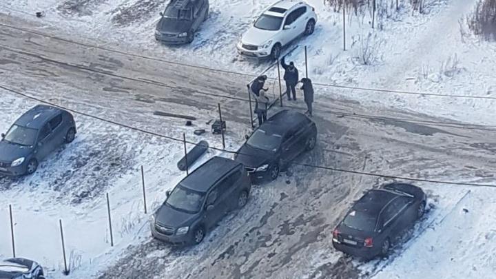 """""""Проезд перекрыли забором"""": в Краснолесье организовали нелегальную парковку посреди дороги"""