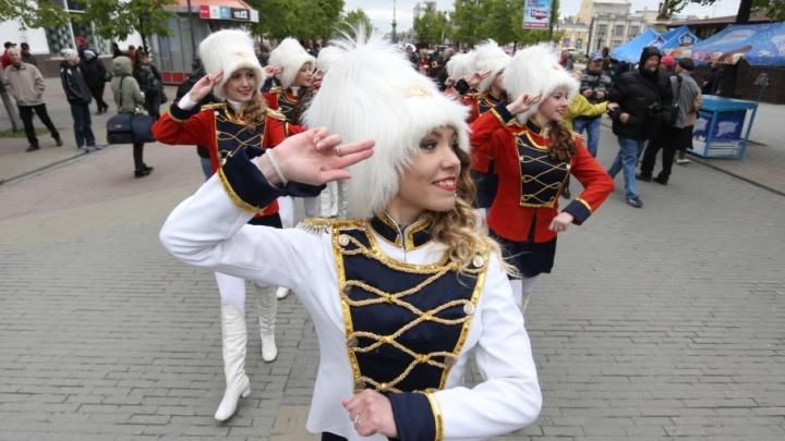 «Какой удивительный мир!»: на Кировке прошел джазовый стрит-парад