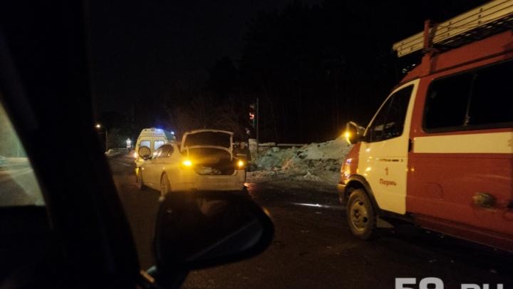 В Перми столкнулись две легковушки: водителей госпитализировали