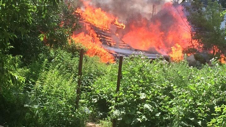 В районе Червишевского тракта полыхал заброшенный дом