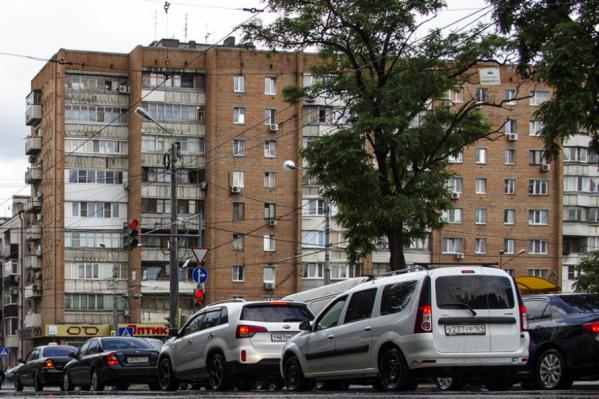 Машины по всему городу стоят в дорожных заторах