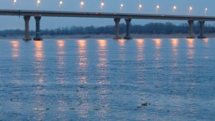 В Волгограде ищут источник сброса облака грязной пены в Волгу