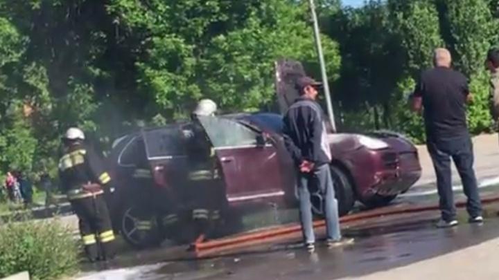 На набережной в Волжском сгорел десятилетний Porsche Cayenne