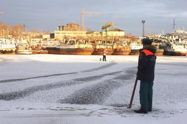 Из-за подмывания теплыми водами лед в затоне может стать ненадежным