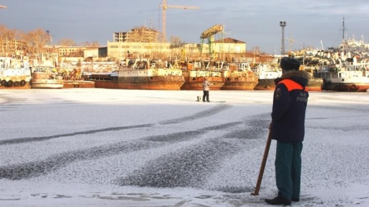 Теплая вода в затоне завода «Тюменьсудокомплект» опасна для рыбаков