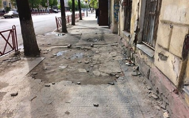На центральной улице Ярославля напрочь развалился тротуар: фото