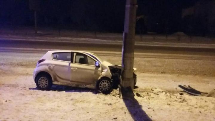 В Волгоградской области три автомобилистки влетели в отбойник и столб