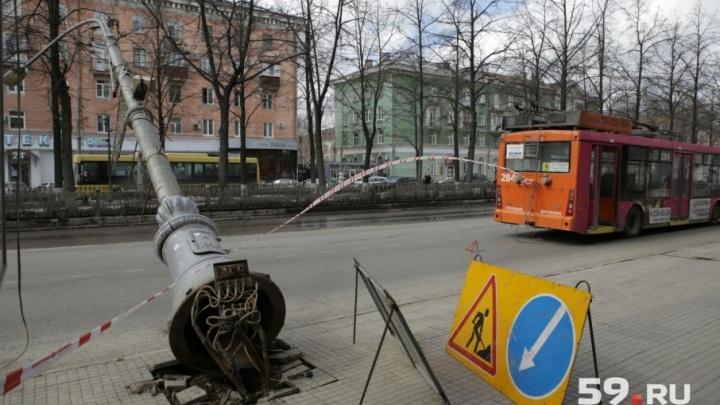 На Комсомольском проспекте упал фонарный столб: в центре Перми перекрыто движение