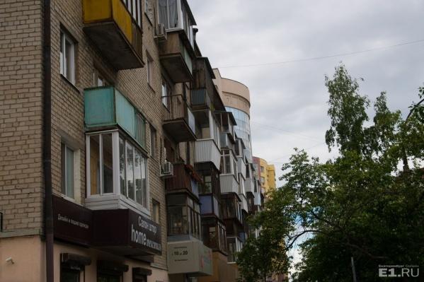 Жители должны договориться, каким образом можно стеклить балконы в доме.