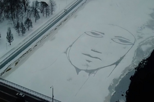 Изображение плачущего человечка появилось на льду возле Коммунального моста