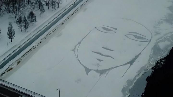Пермский художник Sad Face нарисовал на Каме огромного «плачущего человечка»