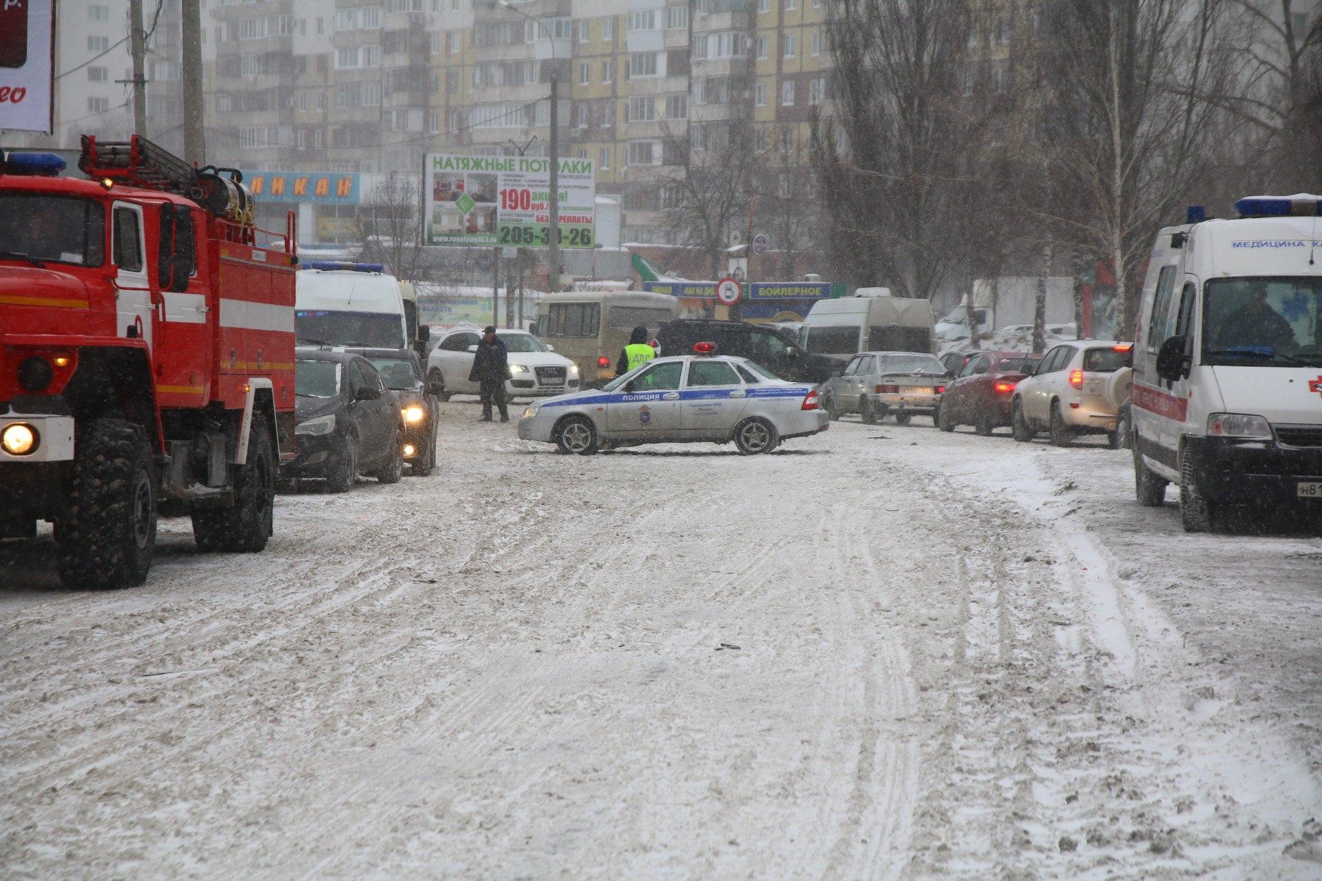 Автомобильное движение перекрыли инспекторы ДПС