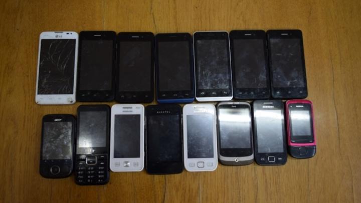 Вельскую колонию «атаковали» телефонами
