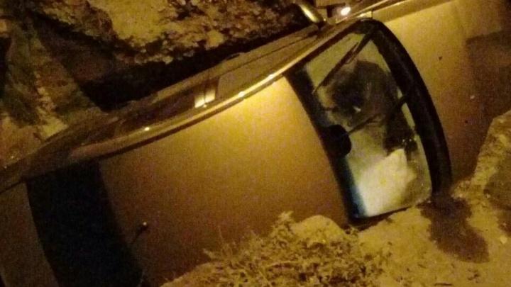 На Тулака в Волгограде Chevrolet Cruze свалился в коммунальную траншею