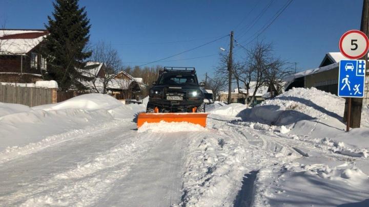 Ярославец нацепил на машину отвал и почистил дороги за коммунальщиков