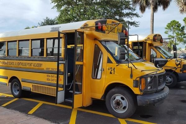 Автобус заезжает в поселок всего за одной ученицей