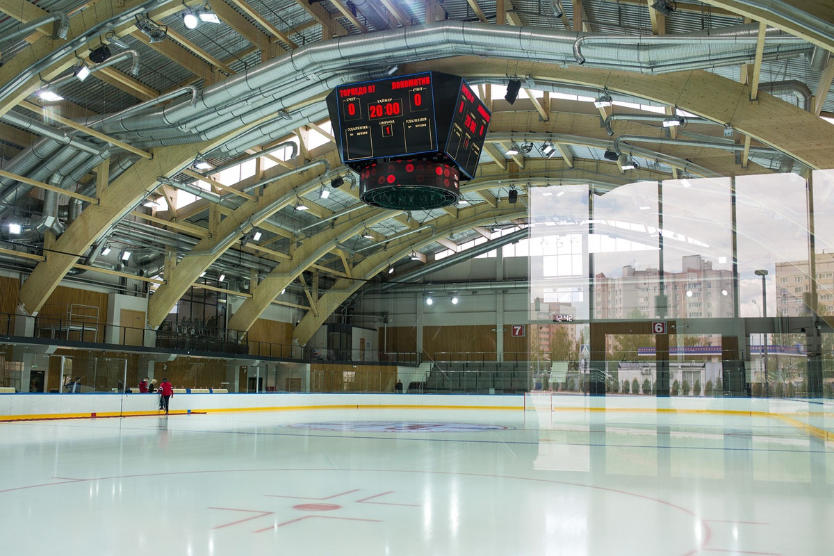 Новый лед опробовали сегодня ветераны и молодые хоккеисты