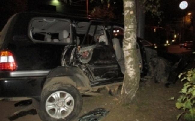 В Ярославле «Ленд Крузер» разбился о березу: трое получили травмы