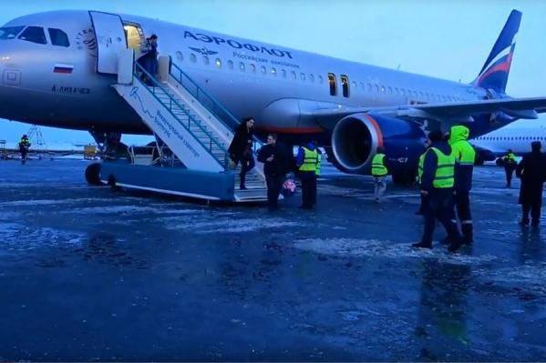 На борту самолета загорелось зарядное устройство